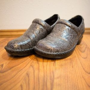 b.o.c. Peggy Gray Floral Tooled Clogs Size 9.5M